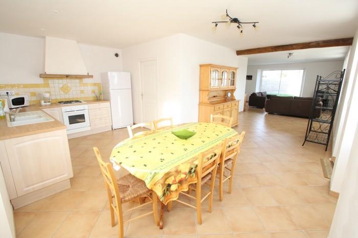 Gîte la Vallée 6 personnes pièce de vie avec la cuisine en Vendée