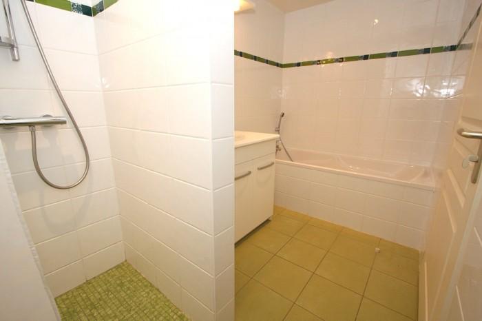 Gîte la Vallée 6 personnes salle de bains avec baignoire en Vendée