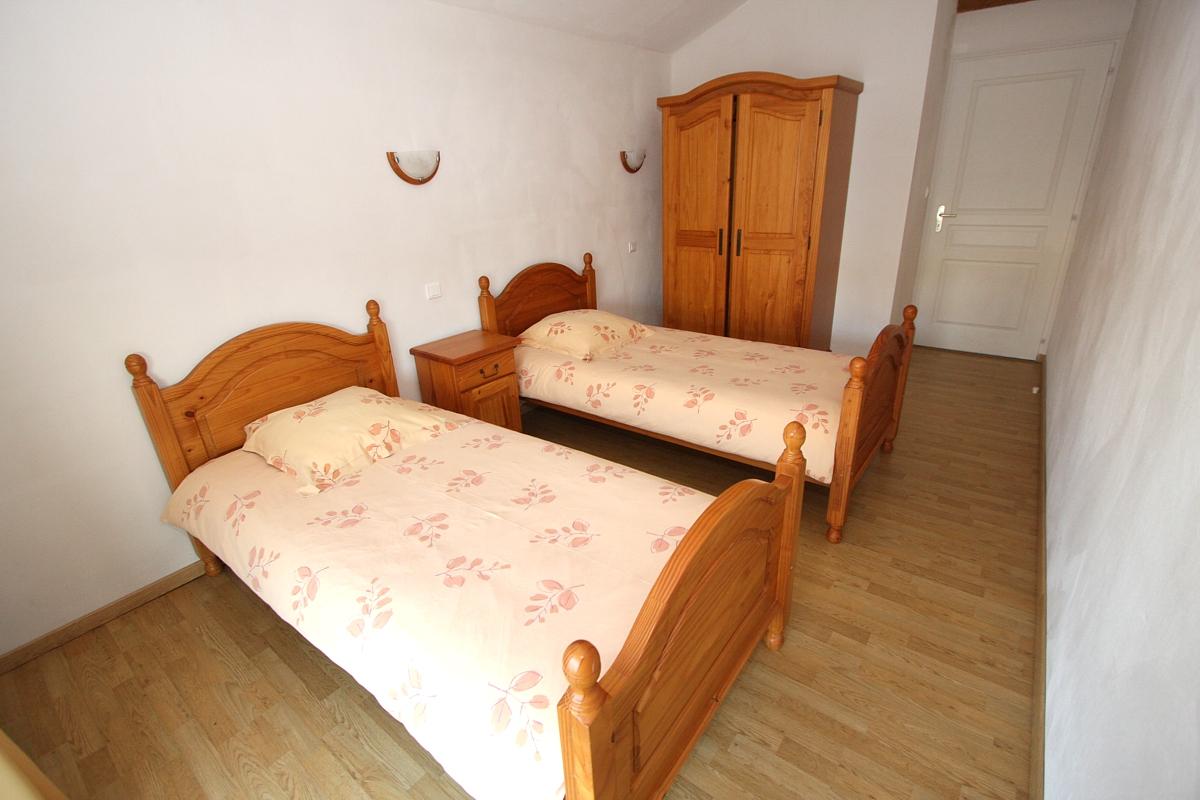 Chambre avec deux lits du gite grande capacité du gite
