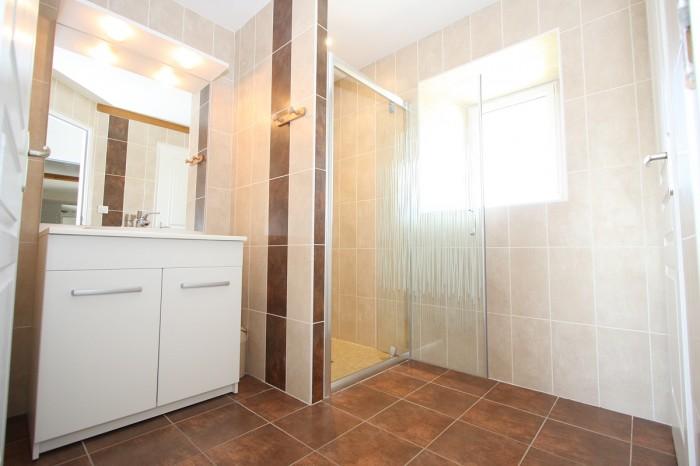 Salle d'eau avec douche gite le Logis en Vendée
