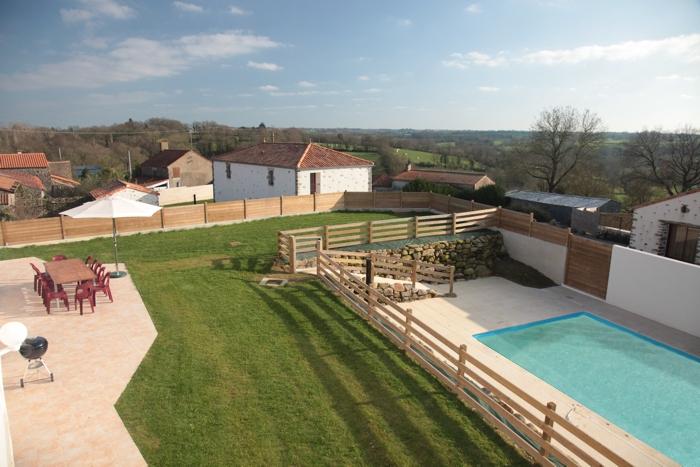 Gite de groupe le Logis vue sur la terrasse 10 à 12 personnes en Vendée